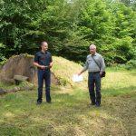 Herr Wernecke vom Forstamt führt die Wanderung